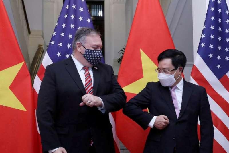 美國國務卿龐畢歐與越南副總理兼外長范平明2020年10月30日在河內會晤。(美國之音)