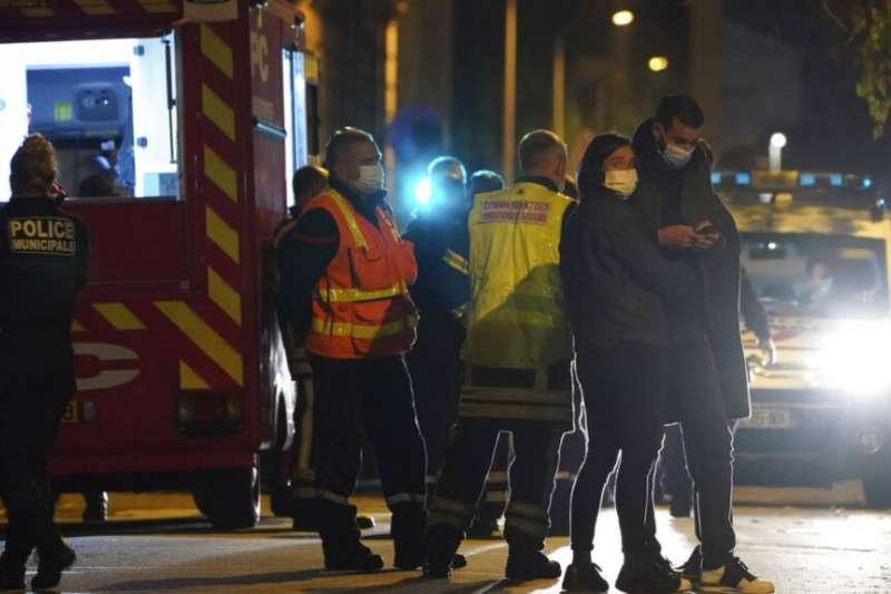 法國警察10月31日在里昂發生希臘牧師遭槍殺案現場進行調查。(美聯社)