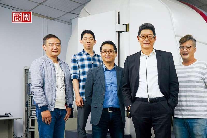 天線工程師養成不易,張玉斌(右2)旗下工程師年資動輒10年起跳,組成「最強大腦」,是公司最珍貴資產(圖/ 商業周刊)