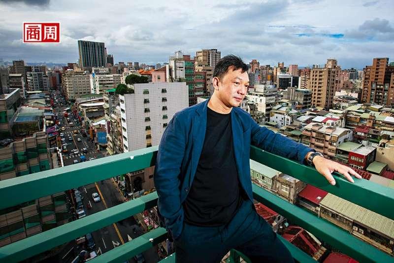 雖然在台北住了幾十年,但熱愛大自然的黃信堯還是不習慣,他甚至很怕捷運裡人擠人的感覺,有一天,他還是希望搬回南部去(圖/ 商業周刊)
