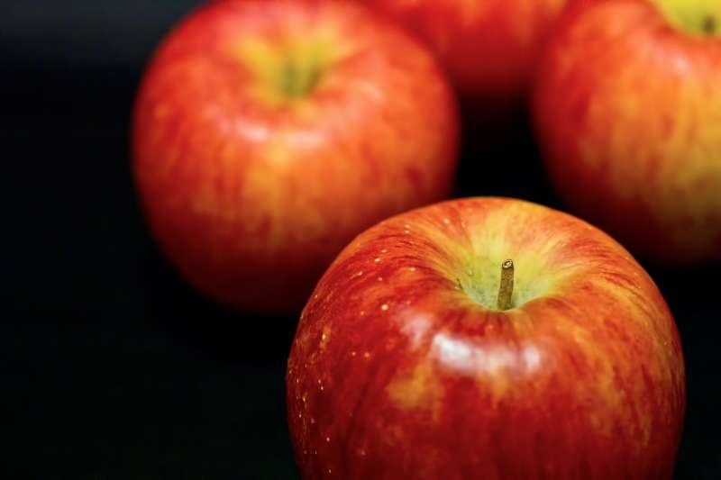 一顆外表新鮮漂亮的蘋果,切開卻發現中間種籽的部份有疑似黴菌絲的灰白色絲狀物?那究竟是不是發霉?(示意圖/pakutaso)