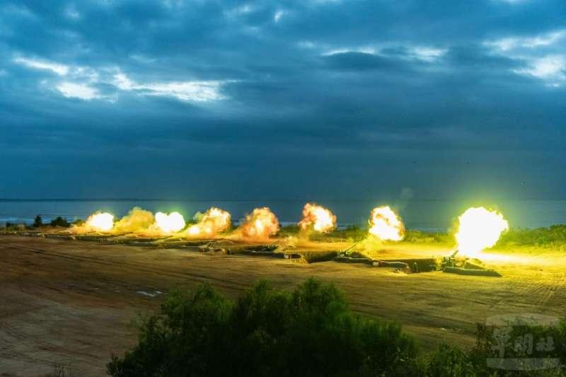 陸軍司令部今(2)日在臉書發布操演影片,出現操演時未曝光的裝備類型「雷霆2000多管火箭」,披露該武器已部署至金門地區,對中嚇阻顯而易見。(取自軍聞社)
