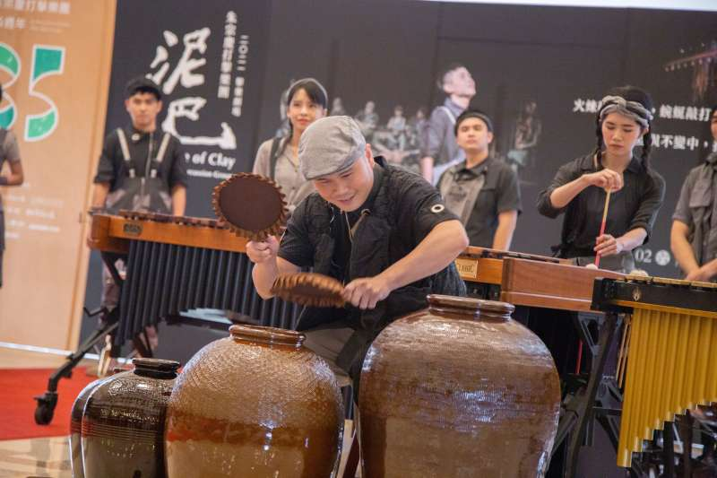 20201103-朱宗慶打擊樂團團員陳宏岳於記者會現場演岀《泥巴》。(朱宗慶打擊樂團提供)