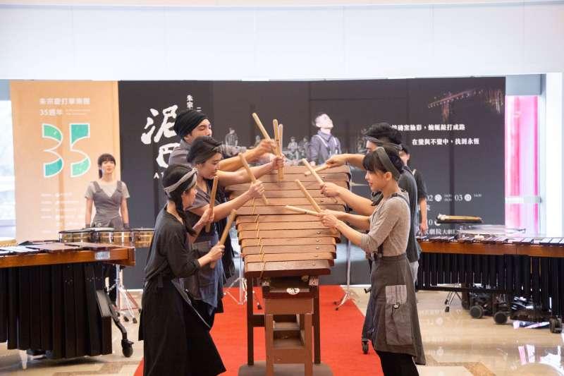 朱宗慶打擊樂團明年將迎來成立35周年,團員3日於記者會中演奏樂器「阿瑪丁達」。(朱宗慶打擊樂團提供)