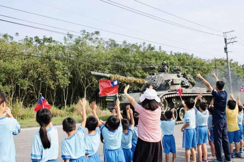 國軍本周進行第4季戰備周實兵演練,CM11勇虎戰車實施道路機動,沿途有國小師生為國軍加油打氣。(國軍第4作戰區提供)