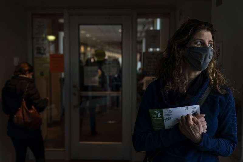 密西根州的黛安10月28日親自完成提前投票。她對選舉結果感到十分焦慮,擔憂開票後還會發生後續的衝突。(美聯社)