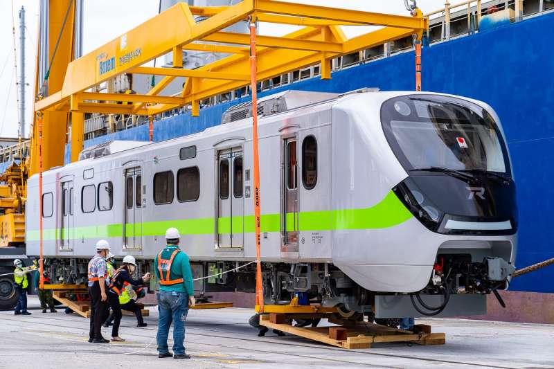 有「史上最美通勤區間車」之稱、台鐵新購EMU900通勤電聯車首批新車於24日風光抵台,並在3日起於各路段展開試車。(台鐵局提供)