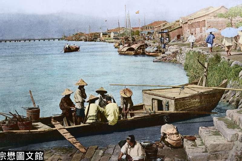 在125年前的大稻埕碼頭,有臺灣婦女正在河邊洗衣服。(圖/徐宗懋圖文館)