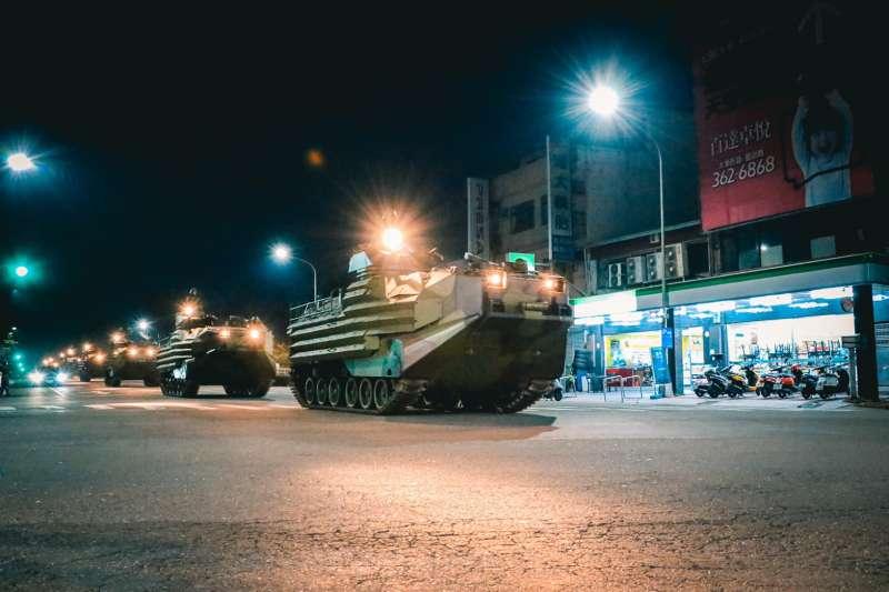 20201103-海陸登車大隊AAV7兩棲突擊車車隊行駛市區道路。(國軍第四作戰區提供)