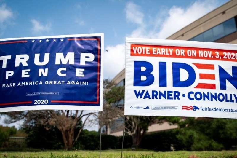 美國維吉尼亞州路邊同時出現支持川普和拜登的宣傳牌。(美國之音)