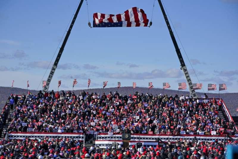 美國大選:2020年11月2日,總統川普選舉日前夕赴賓州舉行造勢集會。(AP)