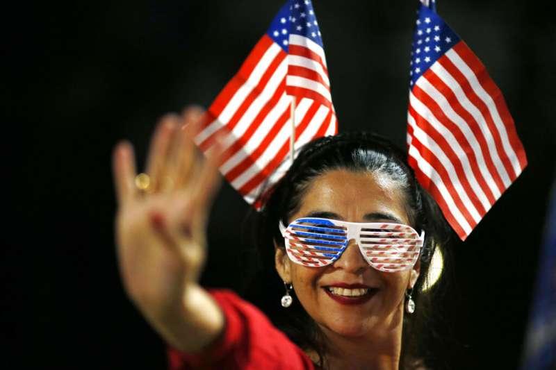 川普總統的支持者11月3日在加利福尼亞州的比佛利山莊舉行的選舉之夜。(美聯社)