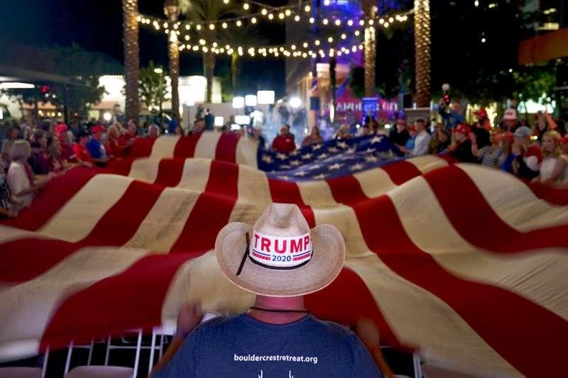 川普的支持者11月3日在亞利桑那州錢德勒舉行的選情之夜關心開票進度。(美聯社)