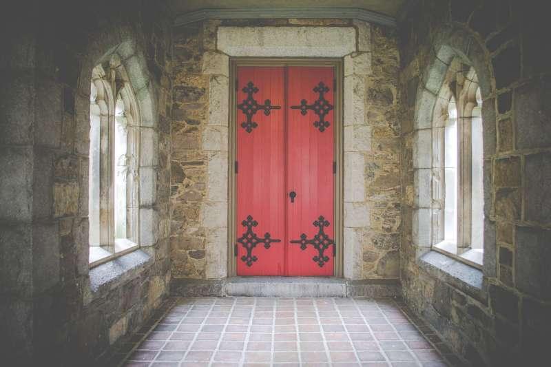 購買房屋時,也要多注意門的方向與格局,以免產生「鬥門」。(示意圖/Free-Photos@pixabay)