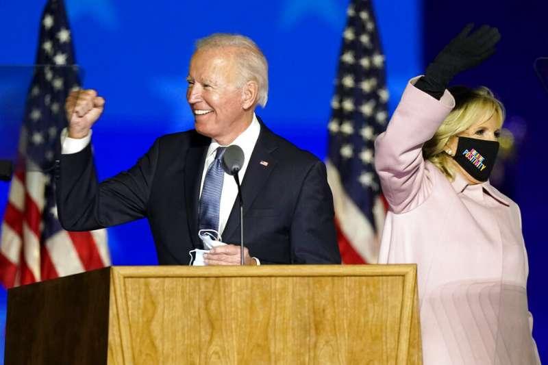 民主黨候選人拜登在美東時間4日零時40分左右,出現在德拉瓦州向眾多熱情支持者發表簡短演說。(AP)