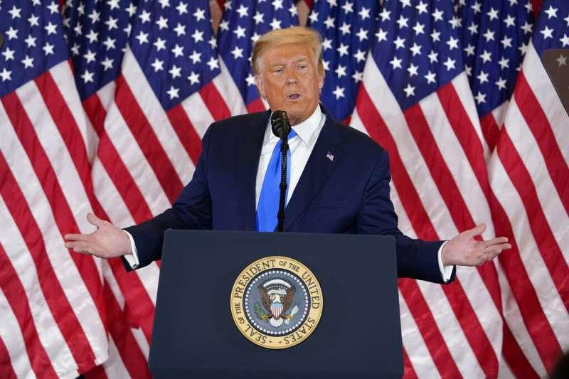 美國總統大選結果尚未出爐,美東時間4日凌晨2時20分左右,川普在白宮發表演說,鼓舞選民。(AP)