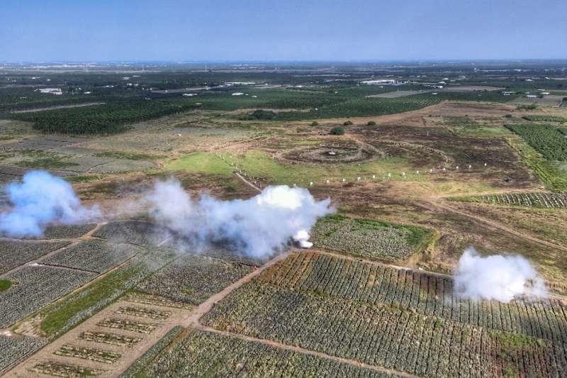 20201104-化兵群發煙遮蔽敵空中視線。(國軍第4作戰區提供)