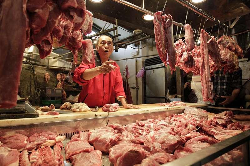 日前國軍內部人士爆料副供站豬排產地來自美國,遂引發「國軍吃萊豬」的軒然大波。但作者指出,美國3月點名台灣對美國豬肉及牛肉產品設有進口限制,並要求台灣移除對美豬牛產品進口的限制,言下之意便是萊豬根本還未進口。(新新聞資料照)