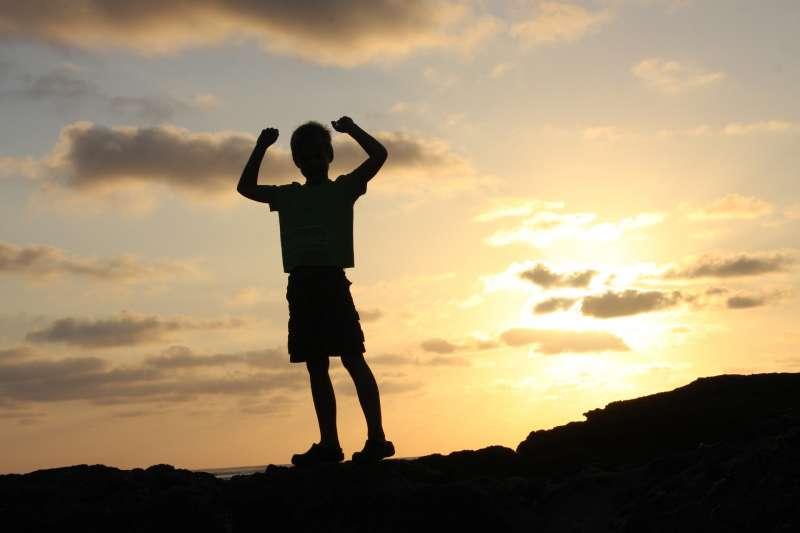 小泉孝太郎大學中退,參加電視節目主持人甄選,因為身高未滿一八○遭到淘汰,隔年父親成為日本第八十七代首相,孝太郎因此成為多家經紀公司亟欲網羅的新人。(示意圖,取自pixabay)