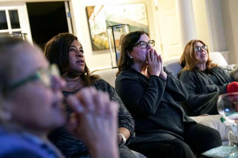 民主黨支持者11月3日晚間關注開票情況。(AP)