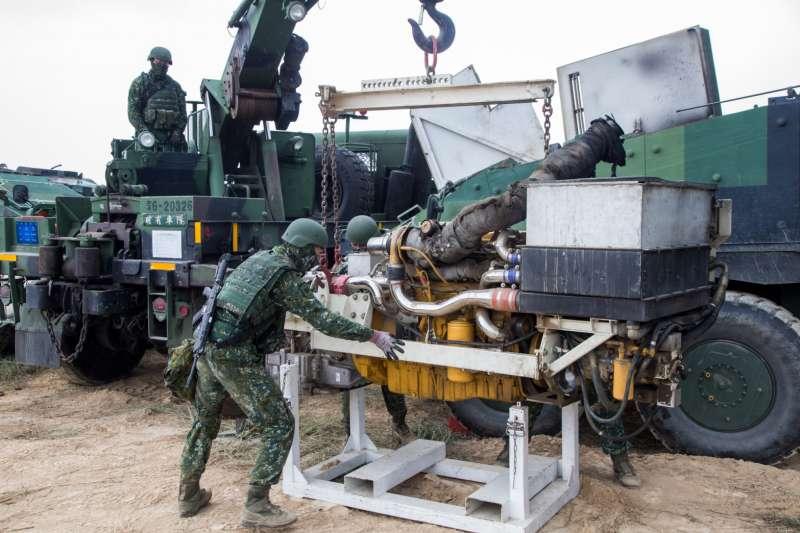 戰備周期間雲豹甲車野戰搶修更換引擎。(國軍第4作戰區提供)
