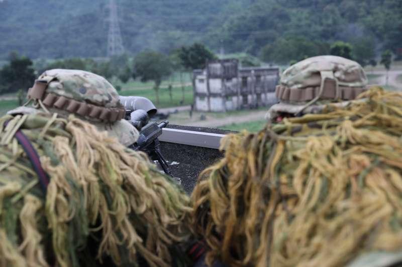 20201104-、狙擊組官兵以R.E.P.R.20狙擊槍掩護地面部隊行動。(取自中華民國陸軍臉書)