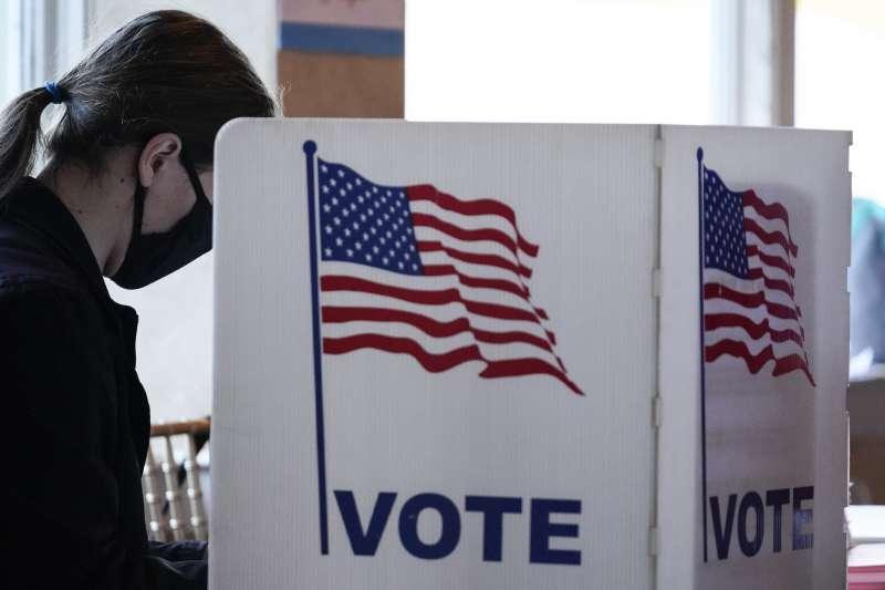 2020年11月3日美國大選投票日,戴口罩投票的選民(AP)