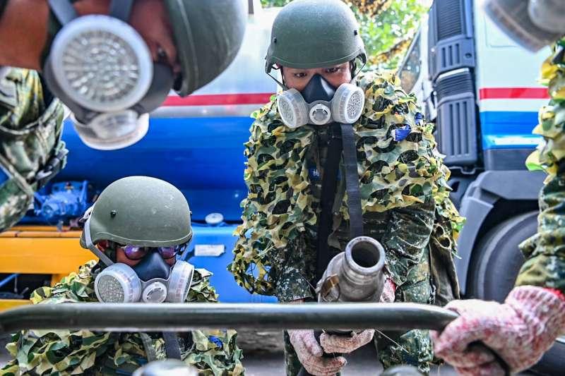 國軍第4作戰區執行「第4季戰備任務訓練」,國軍透過中油油罐車補充國軍油罐車。(國軍第4作戰區提供)