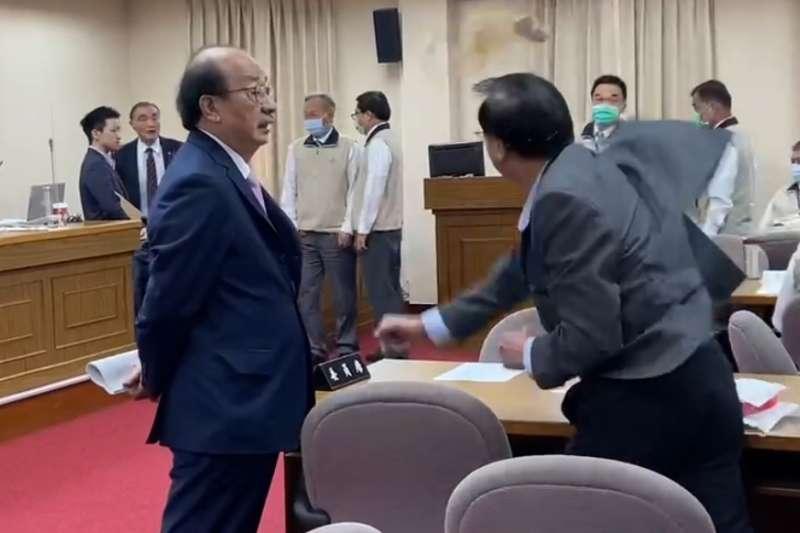 20201105-國民黨委員鄭天財對退輔會主委馮世寬丟咖啡。(民眾提供)