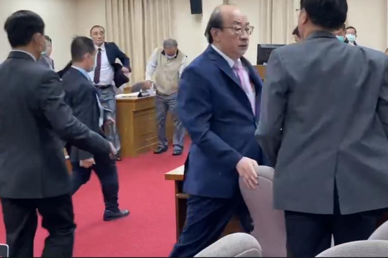 退輔會主委馮世寬(見圖)被國民黨委員鄭天財激怒,脫下西裝外套準備上前「迎戰」。(民眾提供)