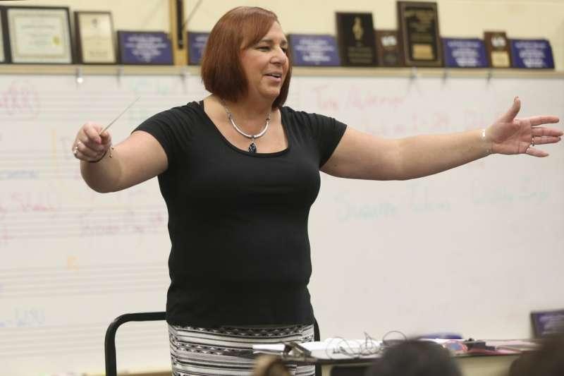 堪薩斯州退休的高中樂隊老師拜爾斯3日當選為該州史上第一位跨性別州眾議員(美聯社)
