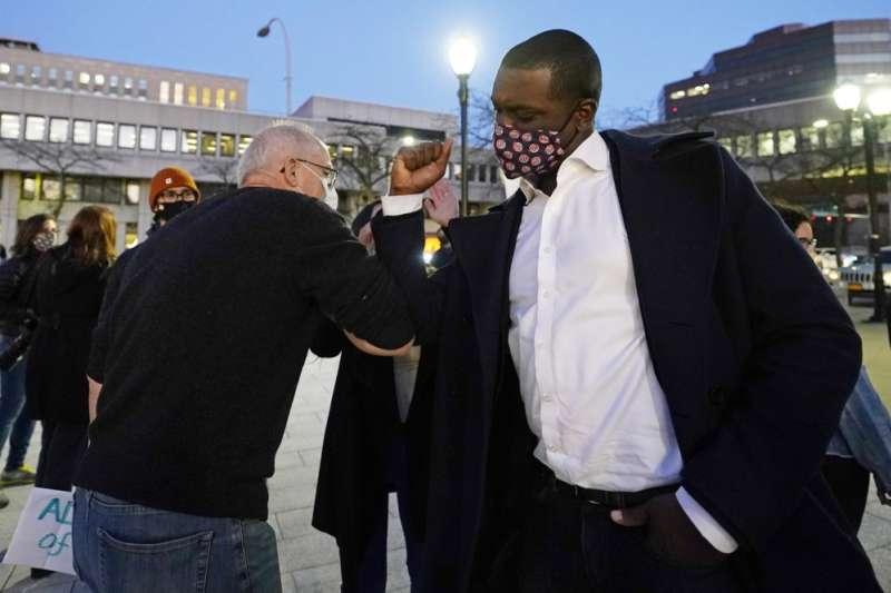 美國紐約州民主黨的同性戀非裔聯邦眾議員瓊斯與支持者互碰手肘(美聯社)