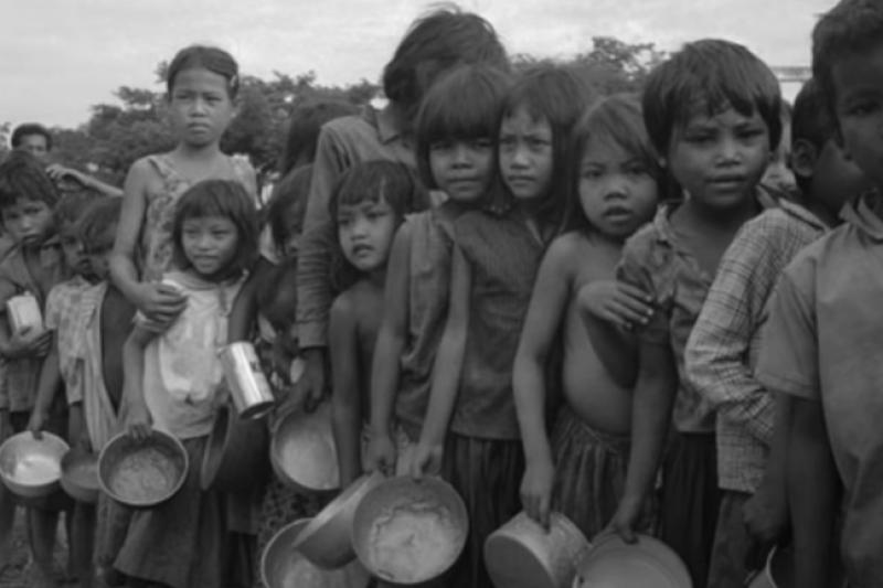 45年前紅色高棉大屠殺造成無數家庭被迫分離,慘無人道的手法真的讓人毛骨悚然啊…(圖/取自 Anna Norwood-Knutsson@Youtube)