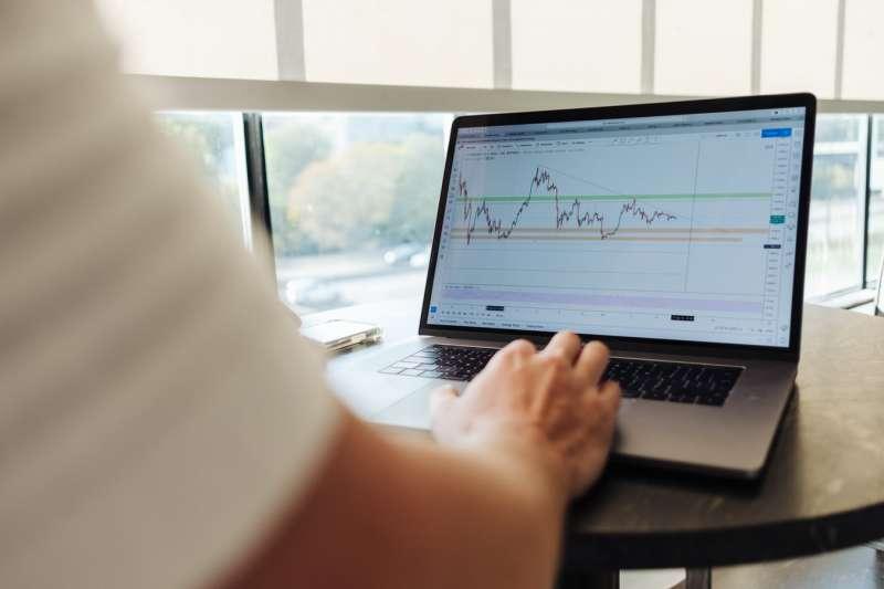 股票怎麼選?掌握選股指標,就掌握了獲利的機會。(圖/取自Unsplash)