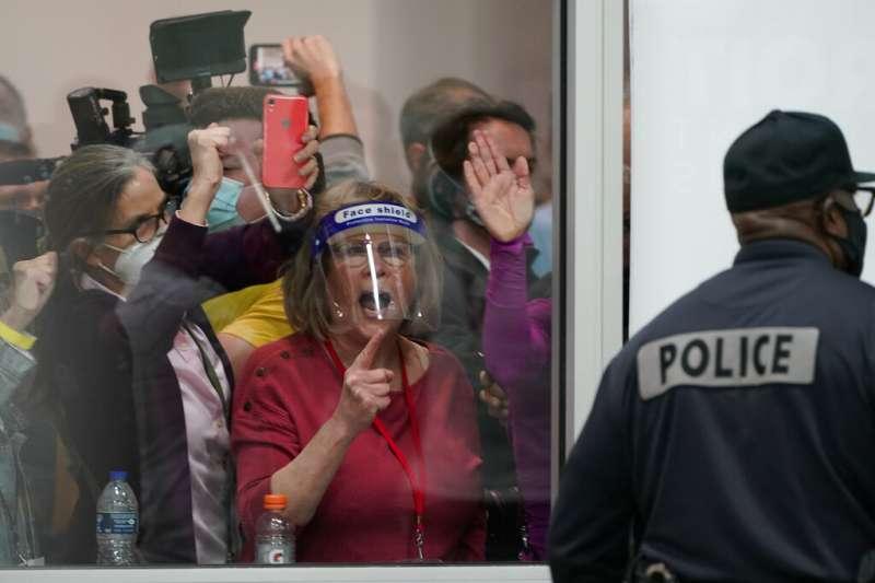 2020美國大選、美國總統大選:川普支持者擠在密西根州底特律開票所外,要求停止計票。(AP)