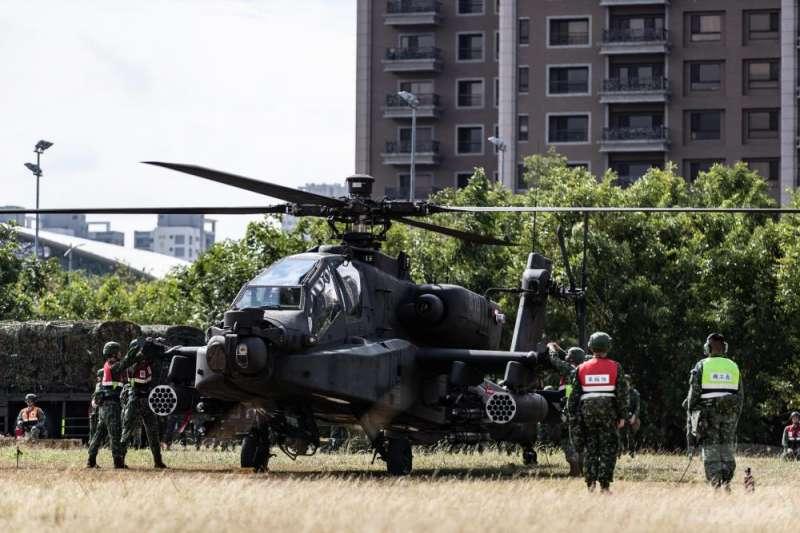 阿帕契攻擊直升機10月底降落在新竹高鐵站旁空地。(取自軍聞社)