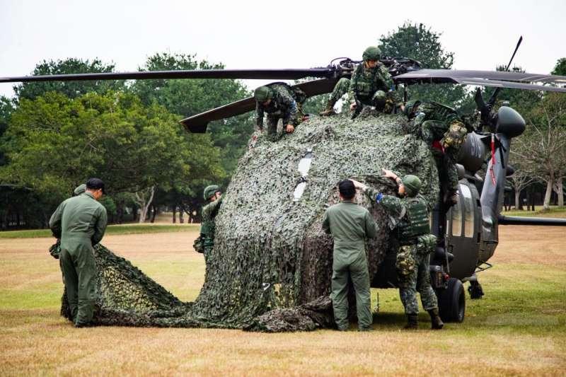20201105-黑鷹直升機戰力保存,以偽裝網覆蓋。(取自軍聞社)
