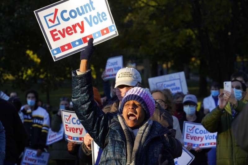 麻省一名示威者4日在波士頓抗議川普停止計票的要求。(美聯社)