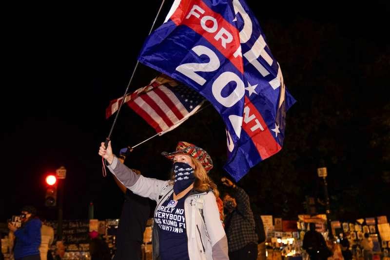 華府的民眾4日晚間在街頭抗議川普要求停止計票,並且揮舞美國國旗與拜登的競選旗幟。(美聯社)