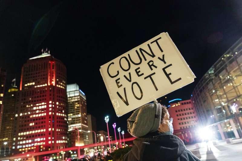 一位底特律居民4日在街頭高舉標語,要求「每張選票都該算數」。(美聯社)