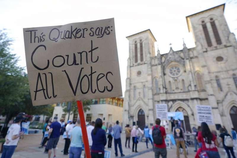 德州民眾4日上街反對川普,呼籲每張選票都該算數。(美聯社)