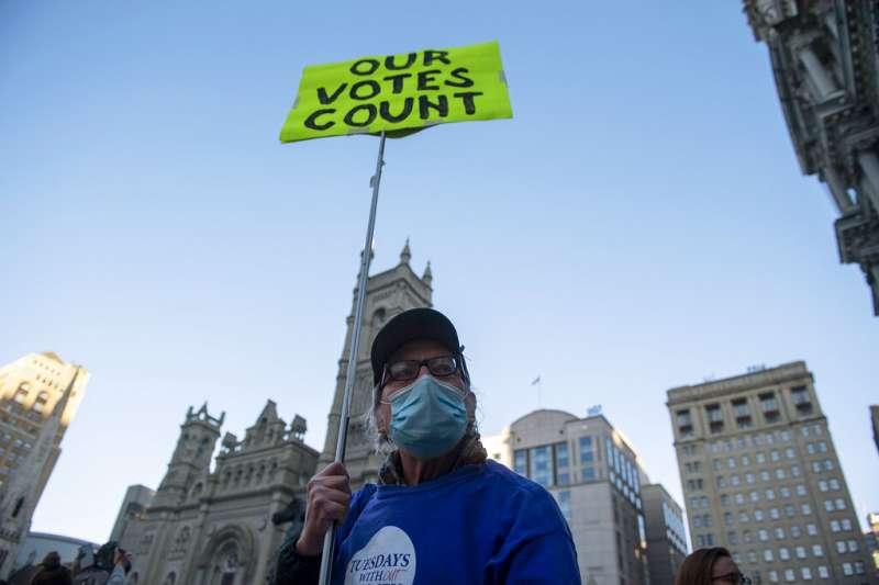 一位賓州居民4日上街抗議,反對川普「停止計票」的要求。(美聯社)