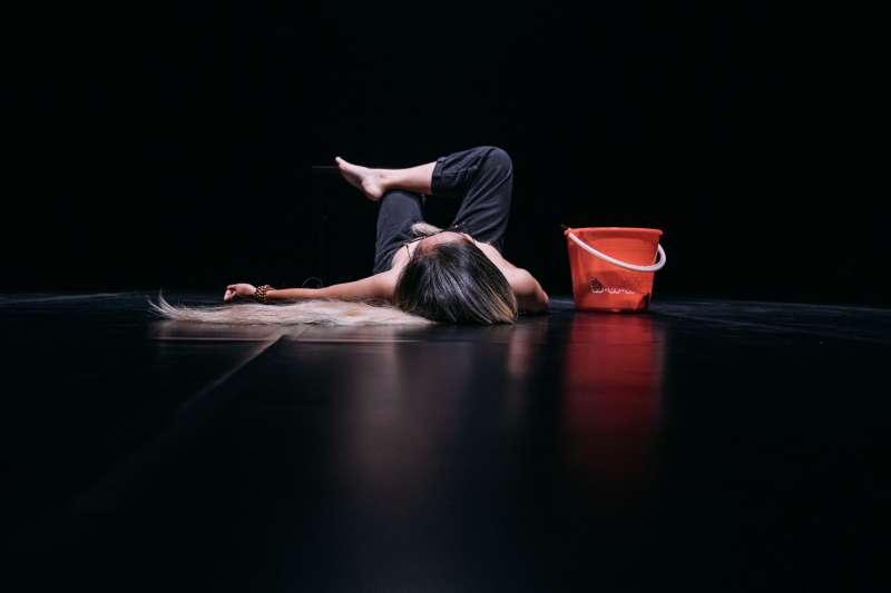蘇品文的舞蹈作品《少女須知(後)》,獲得年度藝穗獎。(圖/臺北市表演藝術中心提供)
