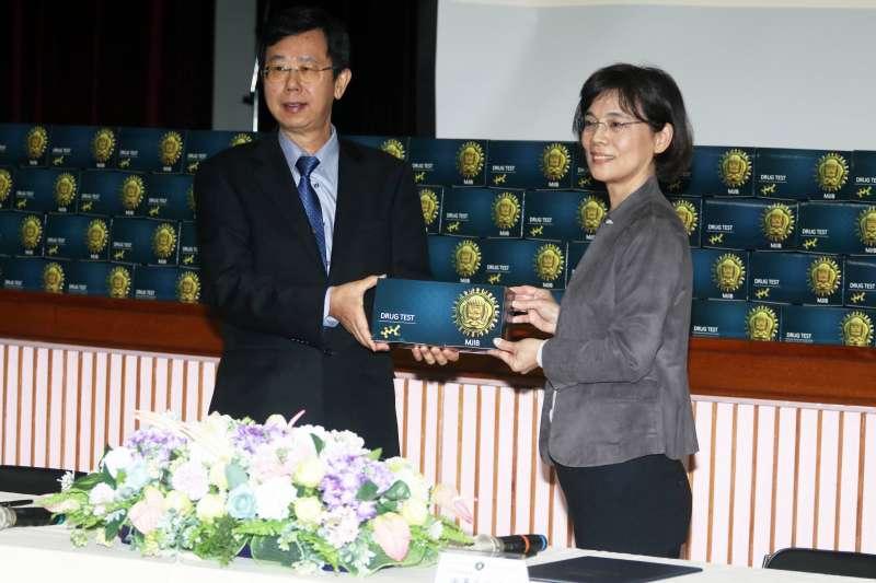 20201106-調查局長呂文忠(左)將奈米試劑交予關務署長謝鈴媛(右)。(蘇仲泓攝)