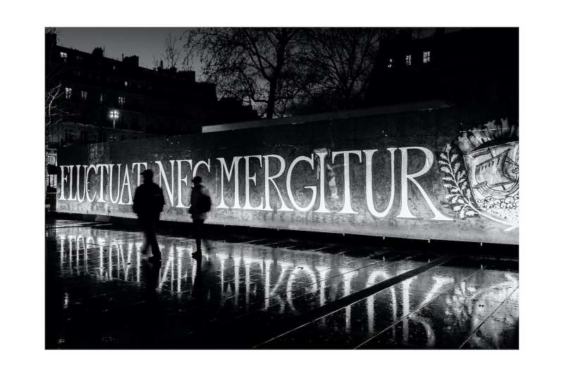 巴塔克蘭劇院外,民眾點蠟燭悼念罹難者。(張家綺提供)