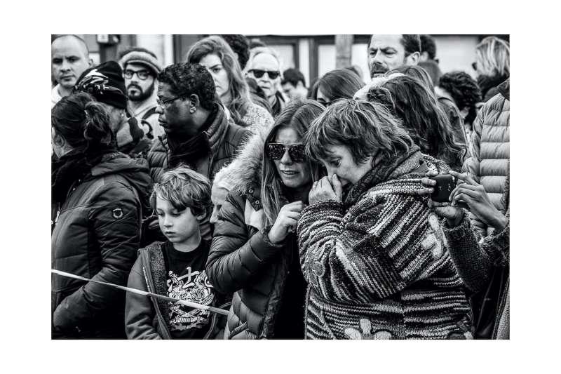 La Belle Equipe咖啡館外聚集哀悼的群眾。(張家綺提供)