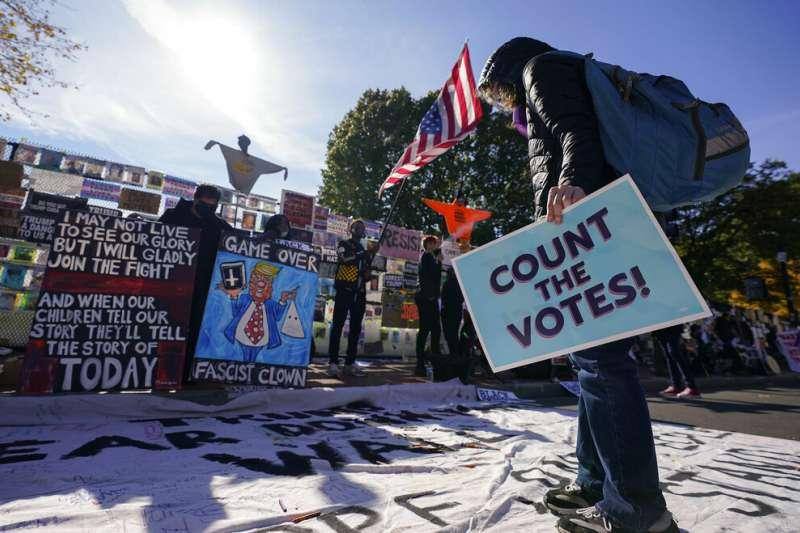 一位華府民眾在「黑人的命也是命廣場」參加「反對停止計票」抗議。他手上的標語寫著「計票!」?(美聯社)