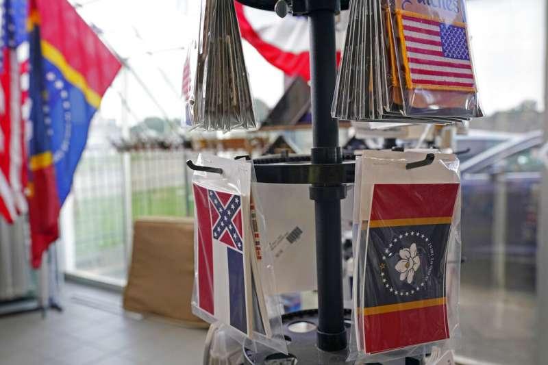 2020美國大選綁公投:密西西比州公投廢除含有邦聯標誌的舊州旗,換成以木蘭花為圖案的新州旗。(AP)