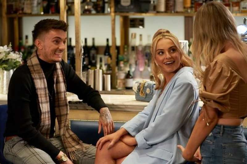 波比與男友在一起參加BBC節目《僅此一晚》的拍攝。(圖/BBC提供)