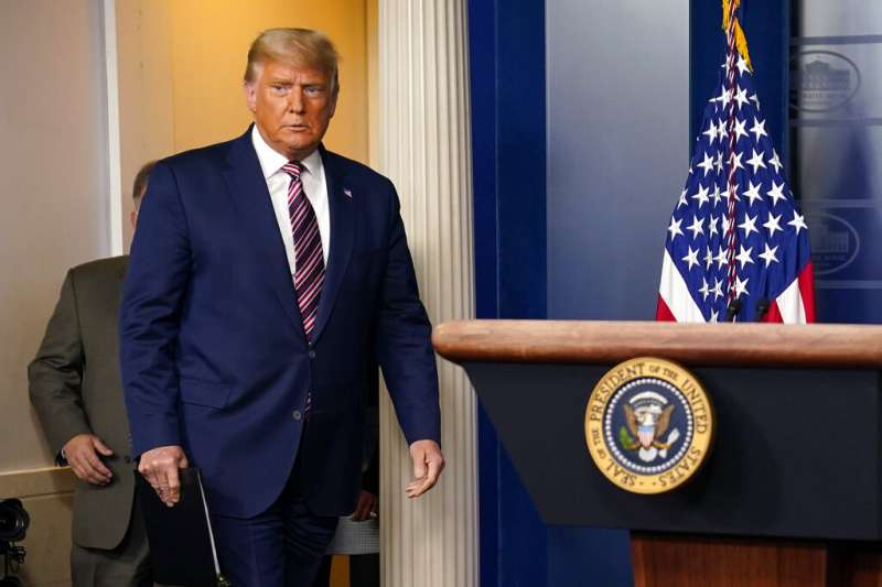 2020美國大選、美國總統大選:繼4日淩晨選舉之夜發表「勝選」言論後,川普5日晚間在白宮首次公開露面。(AP)